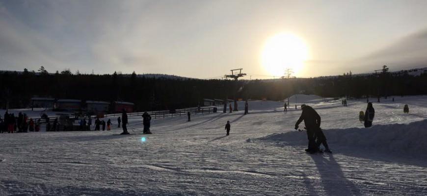 Familie på skitur i Stöten