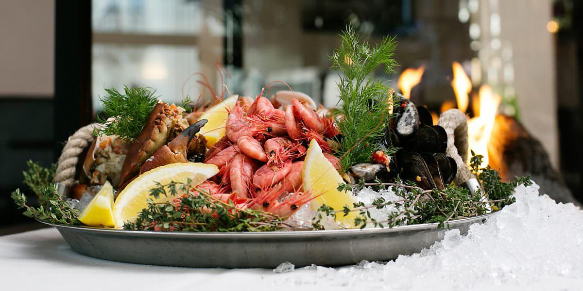 Skaldyrsbuffet eller lækre à la carte-retter? Der er noget for enhver smag i TanumStrand. Foto: TanumStrand
