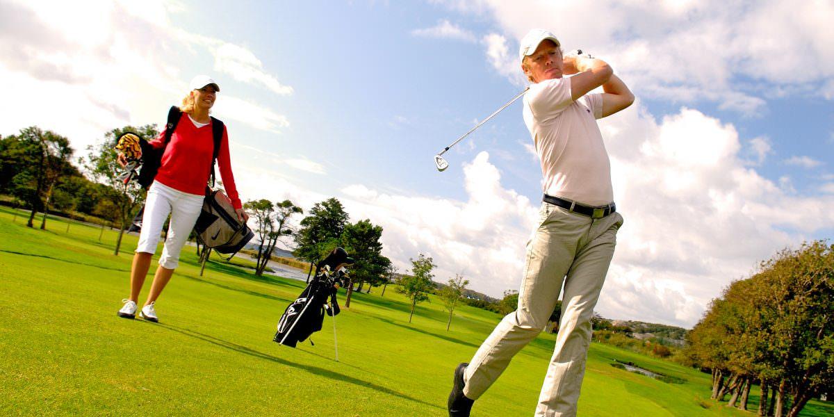 Tag et slag golf på mange forskellige baner i nærheden af TanumStrand.