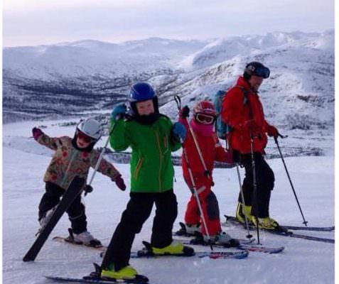 Familie på ski i Norden